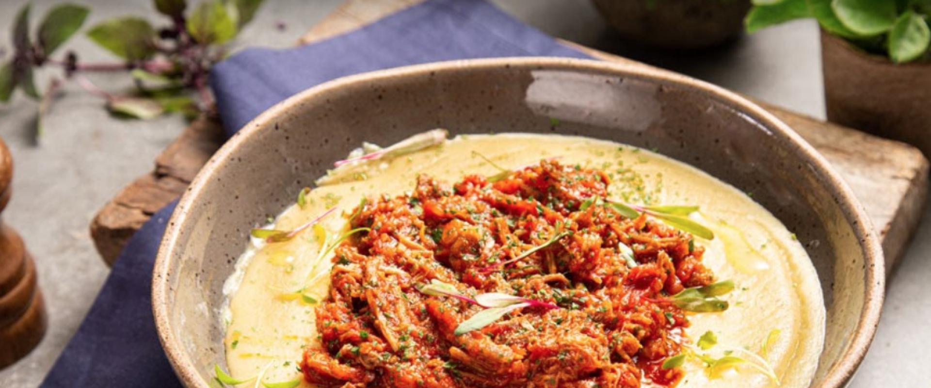 Polenta com ragu de pastrami / Organico Gourmet / comida conforto